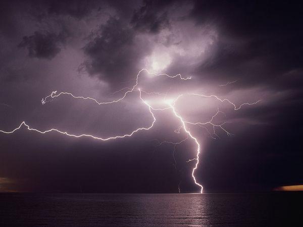 lightning-over-water_270_600x450.jpg